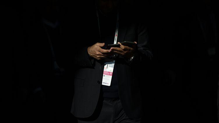 """Un homme tient deux téléphones dans ses mains, le 26 février 2019, lors du """"Mobile World Congress"""", à Barcelone en Espagne. (JOSEP LAGO / AFP)"""