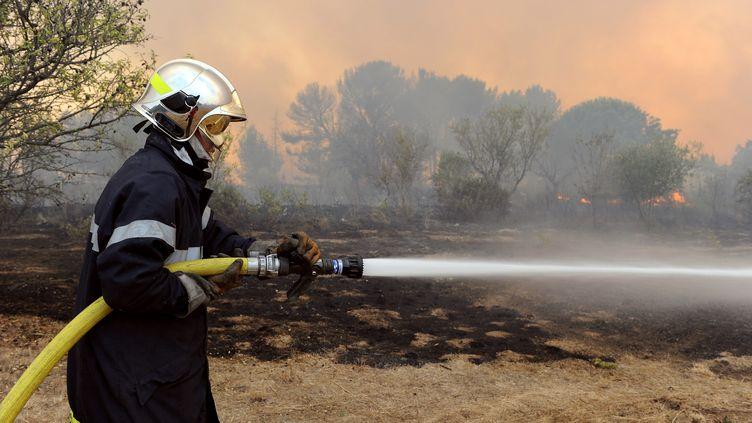 Un sapeur-pompier lutte contre les incendies, près de Mèze le 30 août 2010. (Photo d'illustration) (PASCAL GUYOT / AFP)