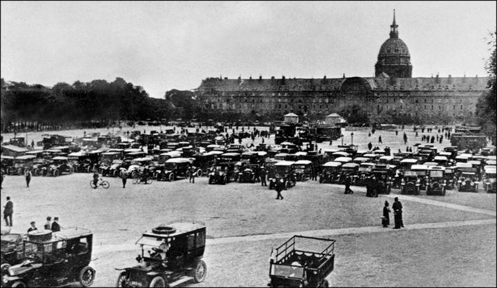 Des taxis parisiens attendent avant d'acheminer des troupes vers la Marne, devant les Invalides à Paris, le 5 septembre 1914. (AFP)