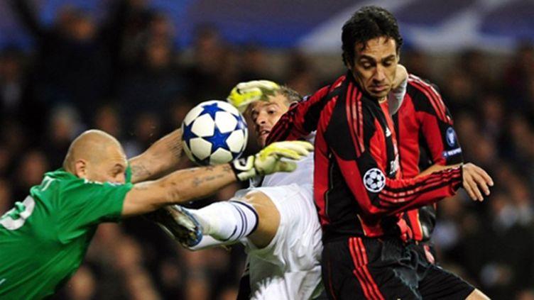 Le Spurs Van der Vaart entre les Milanais Abbiati et Nesta (GIUSEPPE CACACE / AFP)