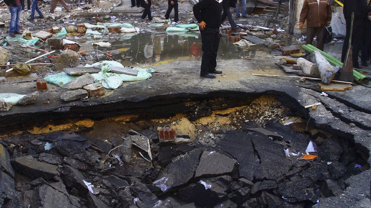 Un attentat à la voiture piégée a causé ce trou béant, le 24 janvier 2014, au Caire (Egypte). (AMR DALSH / REUTERS)
