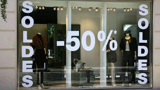 Un magasin de vêtements propose des promotions pendant la période des soldes d'hiver, le 25 janvier 2016,à Nice (Alpes-Maritimes). (J.M EMPORTES / ONLY FRANCE)