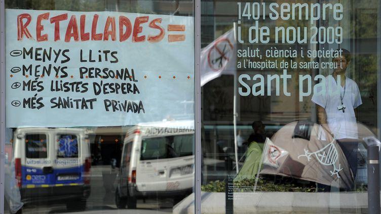 Les employés de l'hôpital de Sant Pau à Barcelone protestent contre les coupes budgétaires dans le sceteur de la santé, le 20 octobre 2011. (LLUIS GENE / AFP)