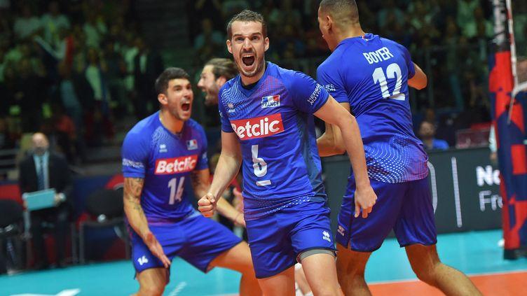 L'équipe de France masculine de volleycélèbre après avoir remporté les quarts de finale du Championnat d'Europe de volleyball 2019 contre l'Italie,à Nantes, le 24 septembre 2019. (LOIC VENANCE / AFP)
