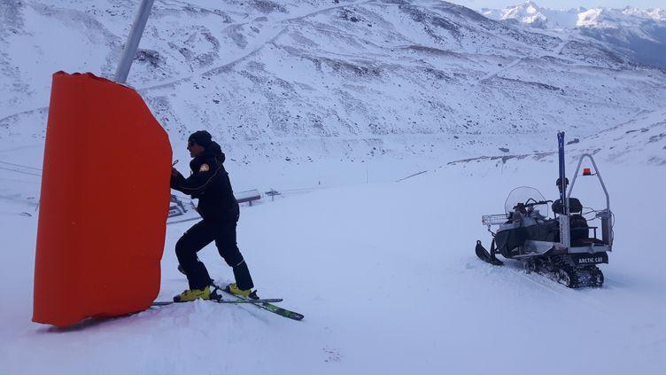 Dernières opérations de sécurisation des abords de pistes avant l'arrivée des skieurs, le 22 novembre 2019. (SEBASTIEN BAER / RADIO FRANCE)