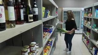 À Cazedarnes, dans l'Hérault, deux amies ont décidé d'ouvrir un bar-épicerie afin de redonner vie au village. (France 2)