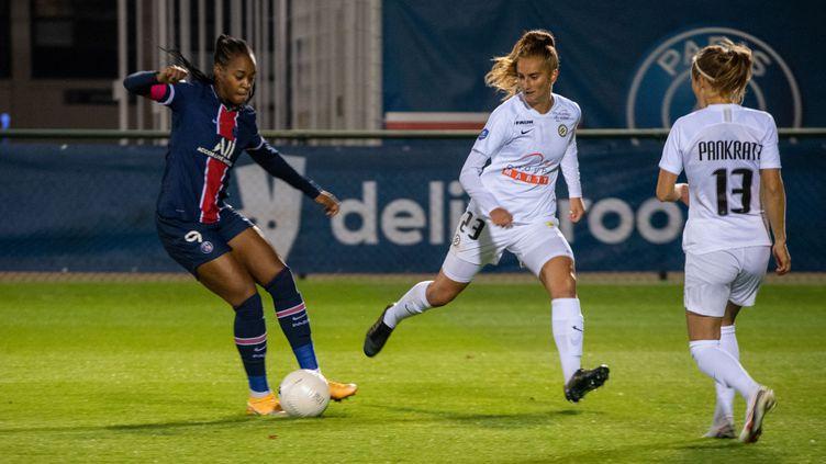 Marie Antoinette Katoto (Paris Saint Germain) et Morgane Nicoli (Montpellier Herault Sport Club) lors de la rencontre entre Paris et Montpellier le 10 octobre2020. (MELANIE LAURENT / A2M SPORT CONSULTING / AFP)