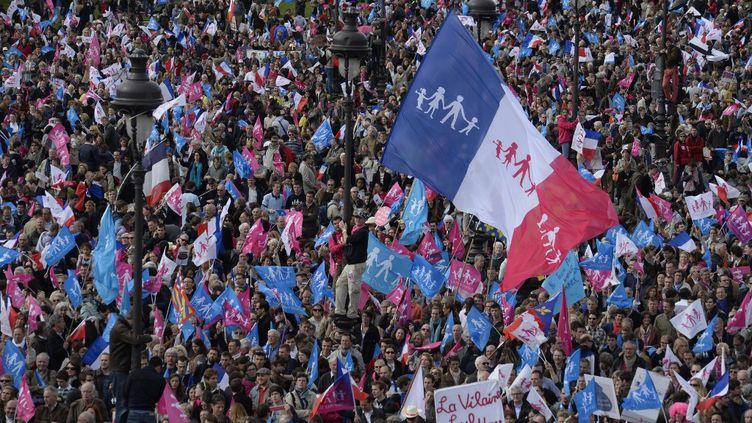 Des manifestants protestent contrel'ouverture du mariage aux couples homosexuels, le 26 mai 2013,une semaine après l'adoption de la loi, sur l'esplanade des Invalides, à Paris. (ERIC FEFERBERG / AFP)