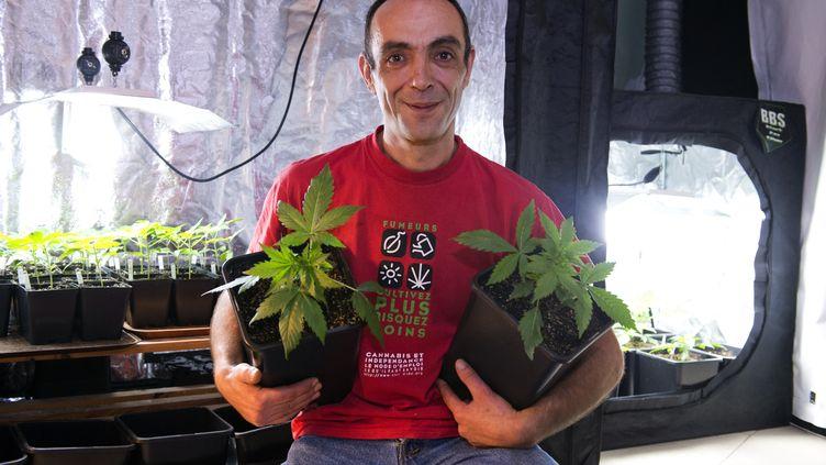 Dominique Broc, porte-parole des Cannabis social clubs, le 25 mars à Tours (Indre-et-Loire). (ALAIN JOCARD / AFP)