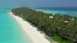 France 2 nous emmène à la découverte d'un paradis caché, quelque part entre l'Inde et les Maldives : les îles Lakshadweep, un territoire indien en mer d'Arabie. Pour y accéder, une autorisation du gouvernement est nécessaire. Tout est extrêmement contrôlé, car ces atolls sont extrêmement fragiles. (France 2)