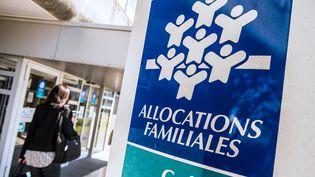 Une femme passe devant l'antenne de laCaisse nationale d'allocations familiales de Calais (Pas-de-Calais), le 15 avril 2015. (PHILIPPE HUGUEN / AFP)