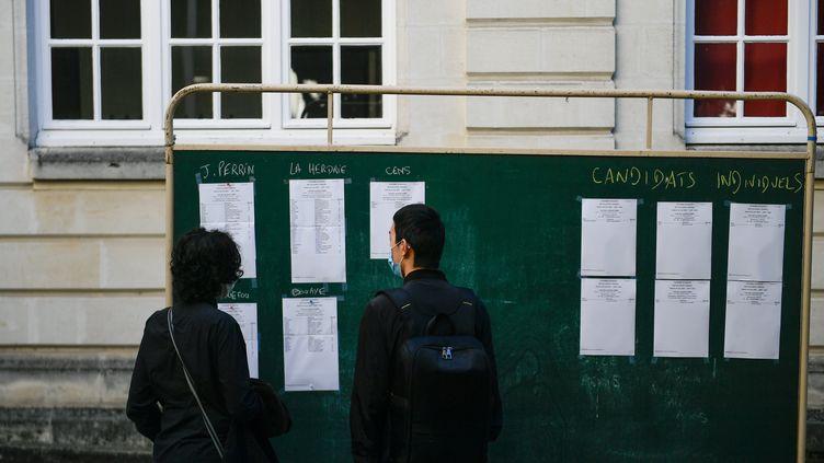Deux lycéens dans la cour du lycée Jules Verne, le 7 juillet 2020 à Nantes. (FRANCK DUBRAY / MAXPPP)
