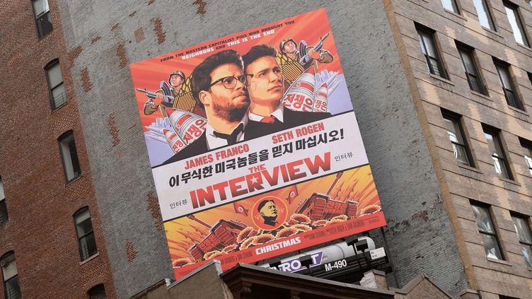 """Une affiche du film """"The Interview"""" à New York (Etats-Unis), le 18 décembre 2014. (SIPANY / SIPA)"""