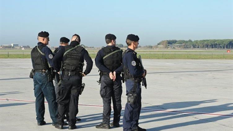 Policiers italiens à l'aéroport de Fiumicino à Rome (image d'archives) (AFP - ANDREAS SOLARO)