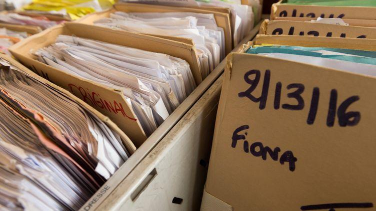 Les dossiers de l'affaire Fionaàla cour d'assises de la Haute-Loire, au Puy-en-Velay, le 29 janvier 2018. (THIERRY ZOCCOLAN / AFP)