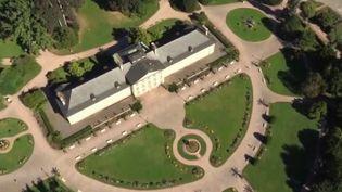 Chaque week-end, le 13 Heures consacre une série dédiée aux plus beaux parcs et jardins de France. Direction Strasbourg (Bas-Rhin), à la découverte du parc de l'Orangerie. (France 2)
