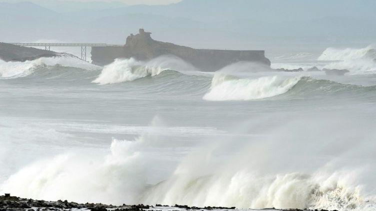 Les rouleaux balaient la côte à Biarritz (Pyrénées-Atlantiques), le 22 décembre 2013. (GAIZKA IROZ / AFP)