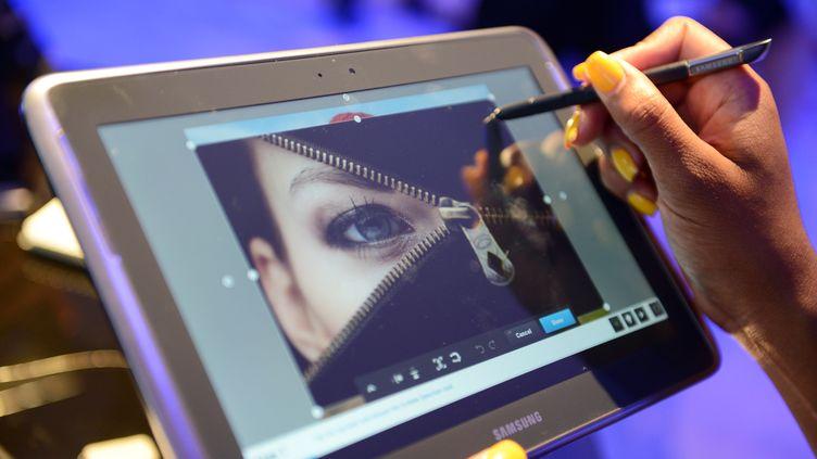 Une femme teste la nouvelle tablette tactile de Samsung, le 15 août 2012 à New York (Etats-Unis). (DON EMMERT / AFP)