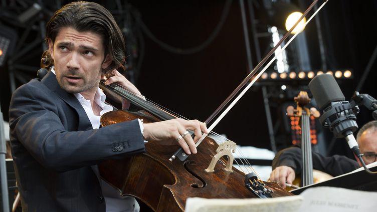 Le violoncelliste Gautier Capuçon sur la scène du Paléo Festival, à Nyon (Suisse) le 27 juillet 2014 (ANTHONY ANEX / MAXPPP)