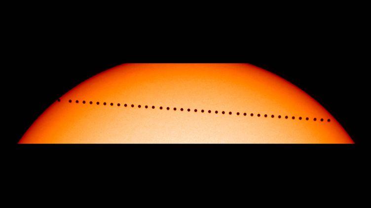 Cette superposition d'images réalisée par la Nasa montre la trajectoire de Mercure devant le Soleil. (NASA / NASA)