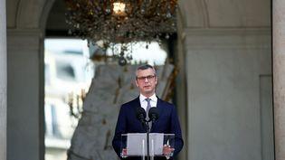Le secrétaire de l'Elysée, Alexis Kohler, annonce le gouvernement de Jean Castex, lundi 6 juillet 2020. (AFP)