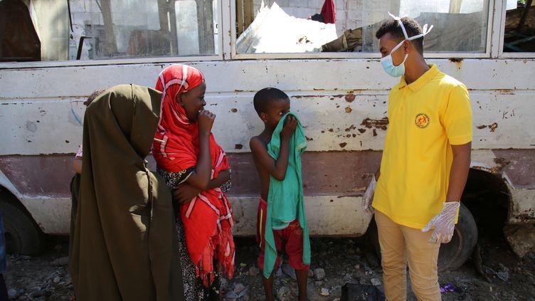 Un travailleur humanitaire dans un camp de déplacés près de Mogadiscio en avril 2020. (SADAK MOHAMED / ANADOLU AGENCY)
