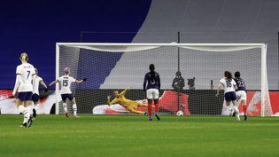 La star américaine Megan Rapinoe a ouvert le score sur penalty lors du match amical face aux Françaises le 17 avril au Havre. (SAMEER AL-DOUMY / AFP)