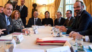 Laurent Berger, (à l'extrème gauche) Secrétaire général de la CFDT est reçu par Edouard Philippe (à l'extrème droite), Premier ministre, à Matignon, le 25 novembre 2019. (ERIC FEFERBERG / AFP)