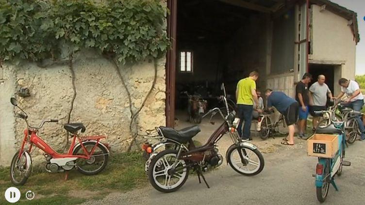 À Villetoureix, en Dordogne, une bande de copains a decidé de réaliser une randonnée dimanche 1er septembre.L'argent récolté lors de la randonnée servira à financer un voyage pour les enfants de l'école de la ville. (CAPTURE D'ÉCRAN FRANCE 3)