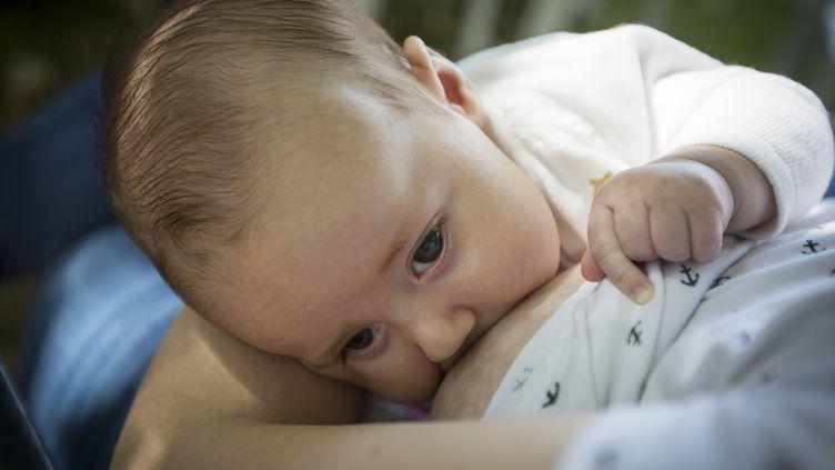 Une femme allaite son bébé, le 7 octobre à Palma(Baléares, Espagne), le 7 octobre 2018. (JAIME REINA / AFP)