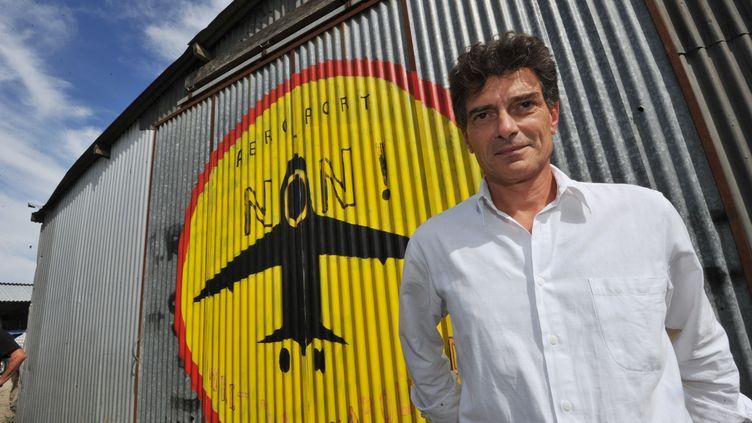 Le secrétaire national d'Europe Ecologie-Les Verts, Pascal Durand,pose devant le logo des opposants au projet d'aéroport du Grand Ouest, le 7 septembre 2012 àNotre-Dame-des-Landes (Loire-Atlantique). (FRANK PERRY / AFP)