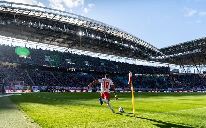 Christopher Nkunku tire un corner pour Leipzig contre Schalke 04 en Bundesliga (ROBERT MICHAEL / DPA-ZENTRALBILD)