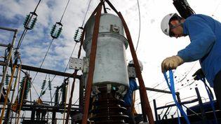 La ville de Vannes (Morbihan) a de nouveau été touchée par une coupure d'électricité, mercredi 1er juillet 2015. Les équipes de Réseau et transport d'électricité sont à pied d'œuvre, comme ici sur un transformateur électrique. (  MAXPPP)