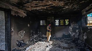 Un membre des forces de sécurité afghanes inspecte un bâtiment après l'explosion d'une bombe, à Kaboul, le 4 août 2021. (WAKIL KOHSAR / AFP)