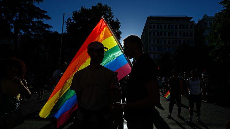Des manifestants avec un drapeau arc-en-ciel, lors de la Marche des fiertés à Madrid (Espagne), le 1er juillet 2017. (OSCAR DEL POZO / AFP)