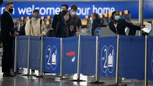 Des passagers font la queue pour s'enregistrer à l'aéroport d'Heathrow, à Londres (Royaume-Uni), le 10 juillet 2020. (DANIEL LEAL-OLIVAS / AFP)