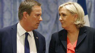 Nicolas Dupont-Aignan et Marine Le Pen, en conférence de presse, à Paris, samedi 29 avril 2017. (GEOFFROY VAN DER HASSELT / AFP)