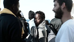 "Des personnes à bord de l'""Aquarius"", le 16 juin 2018, qui est en route vers Valence (Espagne). (KENNY KARPOV / SOS MEDITERRANEE)"