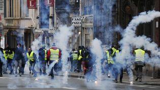 """Des """"gilets jaunes"""" lors de l'acte 8 de la mobilisation le 5 janvier 2019 à Rouen. (CHARLY TRIBALLEAU / AFP)"""
