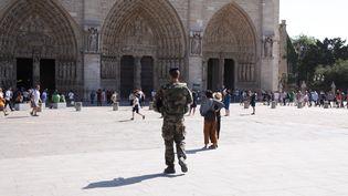 Des militaires en patrouille devant le parvis de la cathédrale Notre-Dame, à Paris, le 14 septembre 2016.  (MAXPPP)