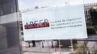 Affiche sur l'immeuble de l'Arcep à Paris. (MAXPPP)