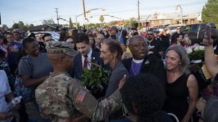 Antonio Basco, le veuf de la fusillade d'El paso, rencontre et remercie les personnes venues à l'enterrement de sa femme, Margie Reckard, le 16 août 2019 à El Paso, Texas. (PAUL RATJE / AFP)