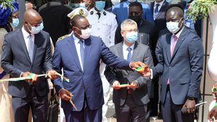 Le président sénégalais Macky Sall inaugure avec l'ambassadeur chinois Han Xiao le data center construit avec l'aide de la Chine, le 22 juin 2021. (NATHANAEL CHARBONNIER / RADIO FRANCE)
