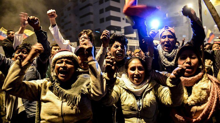 Des membres de la communauté indigène célèbrent l'accord trouvé avec le gouvernement équatorien, le 13 octobre 2019 à Quito. (MARTIN BERNETTI / AFP)