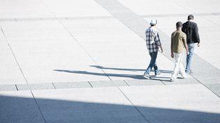 Un groupe de jeunes sur une esplanade. Photo d'illustration. (SANDRO DI CARLO DARSA / MAXPPP)