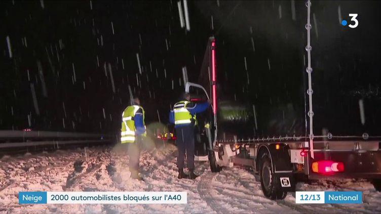 Dans l'Ain, une autoroute a pris au piège des automobilistes, mardi 12 janvier, à cause de la neige et d'un accident. (FRANCE 3)
