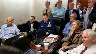 Le président américain Barack Obama (deuxième à gauche) suit, entouré de son cabinet, l'opération visant le dirigeant d'Al-Qaïda Oussama Ben Laden, le 2 mai 2011 dans la salle de crise de la Maison Blanche (Etats-Unis). (PETE SOUZA / THE WHITE HOUSE / AFP)