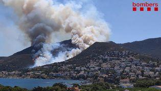 La fumée d'un incendie s'échappe à proximité du parc naturel du Cap de Creus, en Espagne, le 16 juillet 2021. (HANDOUT / BOMBERS GENERALITAT CATALUNYA / AFP)