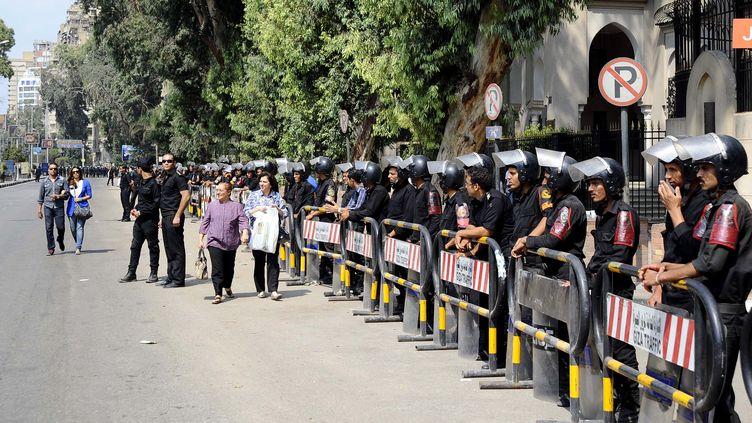 La police anti-émeute égyptienne devant l'ambassade de France au Caire vendredi 21 septembre 2012 (MOHAMED ABD EL GHANY / REUTERS)