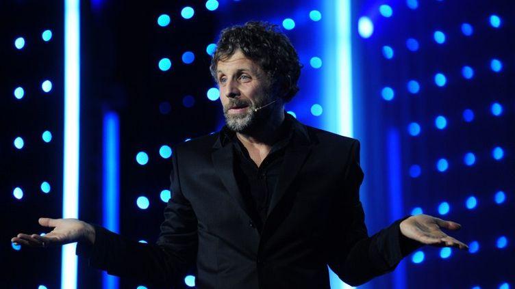 """L'humoriste Stéphane Guillon sur la scène du festival """"Paris fait sa comédie"""", le 29 mars 2010 à Paris. (OLIVIER LABAN-MATTEI / AFP)"""